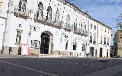Câmara de Évora aprovou saudações ao 25 de Abril e 1º de Maio