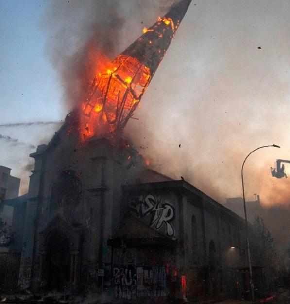 CHILE: Pároco de duas das igrejas queimadas no ano passado por manifestantes recebe prémio da Fundação AIS